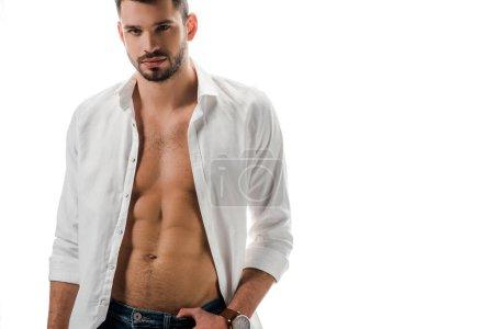 Photo pour Sexy brune homme en chemise blanche et jeans isolés sur blanc - image libre de droit