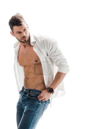 Photo pour Homme musclé sexy en chemise blanche et jeans isolés sur blanc - image libre de droit