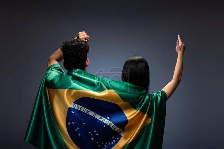 Foto de Un par de aficionados al fútbol que se divierten con bandera descarada en gris - Imagen libre de derechos