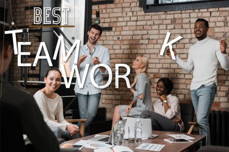 Photo pour Joyeux gens d'affaires multiculturels gestuelle tout en discutant des idées d'affaires au bureau, meilleure illustration de travail d'équipe - image libre de droit