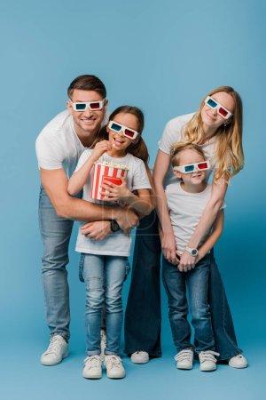 Photo pour Heureux parents et enfants regarder film en 3d lunettes et tenant seau de maïs soufflé sur bleu - image libre de droit