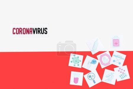 Foto de Visión superior de la carta de coronavirus cerca de cuadros médicos dibujados en bandera polaca - Imagen libre de derechos