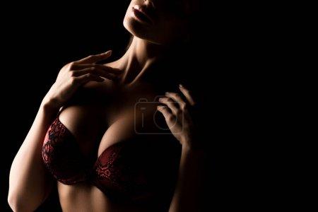 fille sexy avec de gros seins en dentelle soutien-gorge posant isolé sur noir