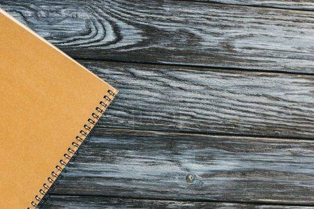 Photo pour Vue du dessus du bloc-notes sur une surface en bois sombre avec espace de copie - image libre de droit