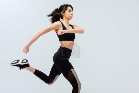 Photo pour Africaine américaine sportive courir isolé sur blanc - image libre de droit
