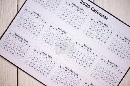 Photo pour Vue du dessus du calendrier 2020 sur fond en bois - image libre de droit