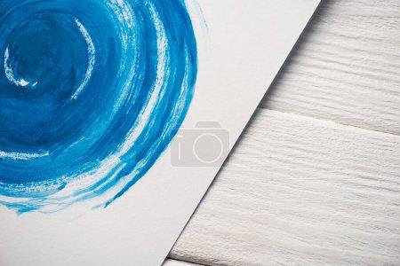 Photo pour Vue grand angle du papier avec peinture japonaise avec aquarelle bleue sur fond en bois - image libre de droit