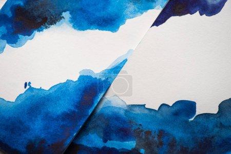 Photo pour Vue grand angle du papier avec peinture japonaise avec aquarelle bleue - image libre de droit