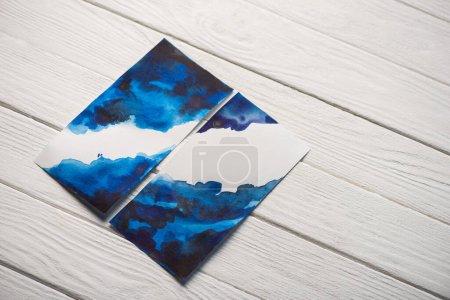 Photo pour Vue grand angle du papier avec peinture japonaise avec aquarelle bleu vif sur fond en bois - image libre de droit