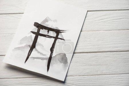 Papieroberseite mit japanischer Malerei mit Hieroglyphen auf Holzgrund
