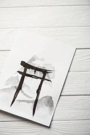 Papieroberseite mit japanischer Malerei mit schwarzer Hieroglyphe auf Holzgrund