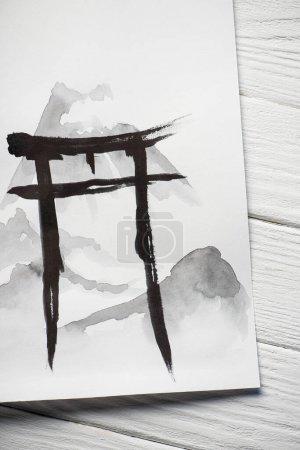 Papier von oben mit schwarzer Hieroglyphe auf hölzernem Hintergrund