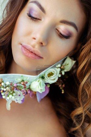 Photo pour Jeune et séduisante femme en masque avec des fleurs - image libre de droit