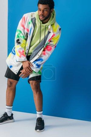 Foto de Guapo hombre africoamericano que presenta un colorido aspecto futurista en gris y azul. - Imagen libre de derechos