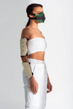 Photo pour Futuriste afro-américaine en masque de sécurité sur fond blanc - image libre de droit