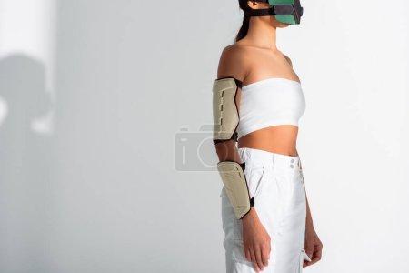 Photo pour Vue recadrée de femme afro-américaine futuriste en masque de sécurité sur fond blanc - image libre de droit