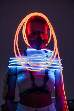 Foto de Futurista afriamericana en iluminación respiratoria y neón. - Imagen libre de derechos