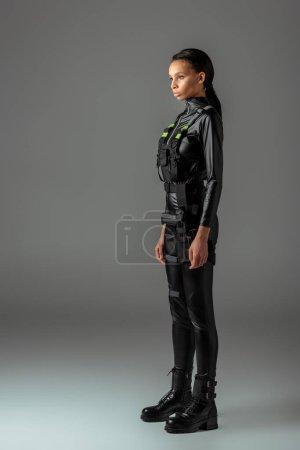 Foto de Joven y atractiva mujer afriamericana futurista en gris - Imagen libre de derechos