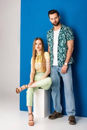 """Photo pour Un couple à la mode posant en vêtements d """"été gris et bleu - image libre de droit"""