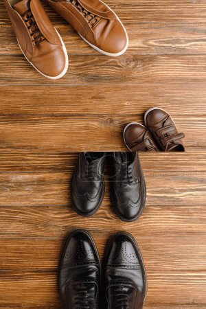 Photo pour Image divisée avec des chaussures brunes et noires pour hommes et enfants sur fond en bois, concept de fête des pères - image libre de droit