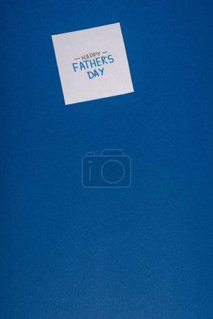 Photo pour Carte de vœux avec lettrage manuscrit heureux jour des pères isolé sur bleu - image libre de droit