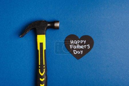 Photo pour Vue du dessus de Hummer et papier découpé coeur gris avec lettrage heureux jour des pères sur fond bleu - image libre de droit