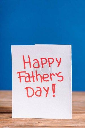 Photo pour Carte de vœux blanche avec lettrage rouge heureuse fête des pères isolé sur bleu - image libre de droit