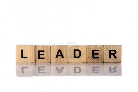Photo pour Cubes en bois avec lettrage leader sur fond blanc - image libre de droit