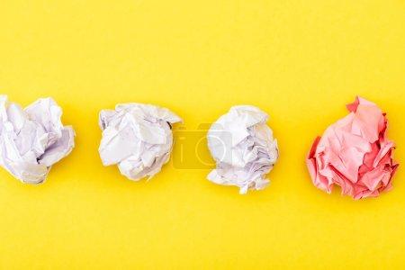 Photo pour Vue du dessus du papier rose froissé parmi le blanc sur le jaune - image libre de droit
