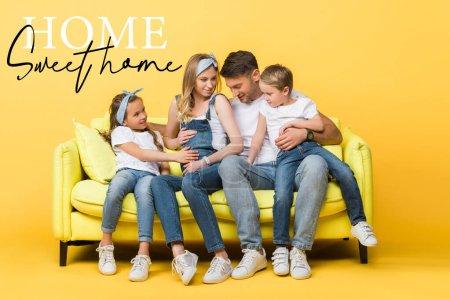 Photo pour Femme enceinte émotionnelle, mari et enfants assis sur un canapé jaune, illustration de maison douce - image libre de droit