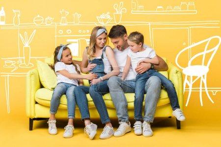 Photo pour Femme enceinte émotionnelle, mari et enfants assis sur le canapé jaune, illustration intérieure - image libre de droit