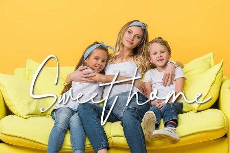 Photo pour Heureuse mère enceinte étreignant avec des enfants sur le canapé isolé sur jaune, douce illustration de la maison - image libre de droit