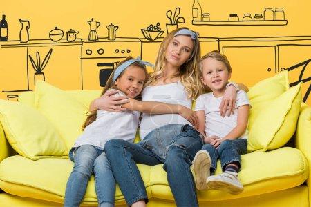 Photo pour Heureuse mère enceinte étreignant avec des enfants sur canapé isolé sur jaune, illustration intérieure - image libre de droit