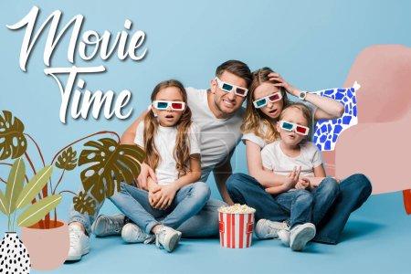 Photo pour Famille choquée en 3d lunettes regarder film et tenant seau de maïs soufflé sur bleu, illustration du temps du film - image libre de droit
