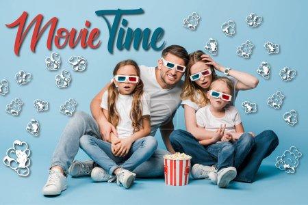 Photo pour Famille choquée dans des lunettes 3D regarder un film et tenant seau de maïs soufflé sur bleu, le temps du film et illustration de maïs soufflé - image libre de droit