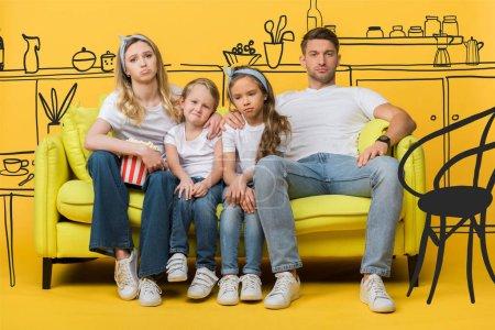 Photo pour Triste famille regarder film sur canapé avec seau de maïs soufflé sur jaune, illustration de l'intérieur de la cuisine - image libre de droit