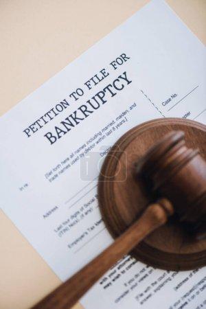 Photo pour Vue du dessus du marteau sur le document avec pétition pour déposer une faillite lettrage isolé sur beige - image libre de droit