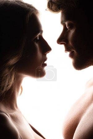 Photo pour Vue latérale de belle femme près bel homme isolé sur blanc - image libre de droit
