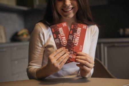 Photo pour Vue recadrée de la femme heureuse tenant des billets de soirée, concept de fin de quarantaine - image libre de droit