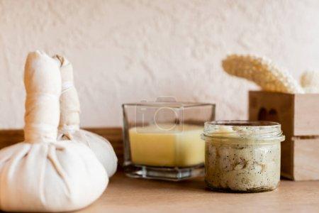Photo pour Foyer sélectif de sacs à base de plantes près de masque d'argile dans un bocal et une bougie - image libre de droit