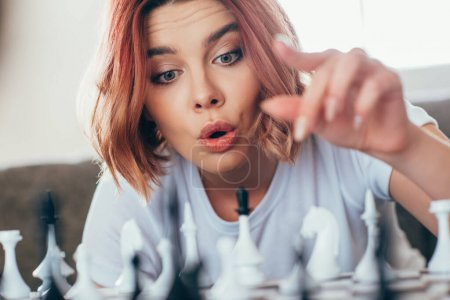 Photo pour Belle fille émotionnelle jouant aux échecs sur l'isolement personnel, foyer sélectif - image libre de droit