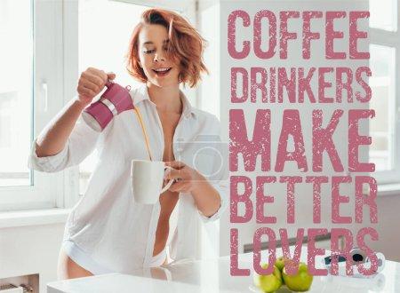 Photo pour Belle fille gaie verser du café à partir du pot sur l'isolement de soi avec les buveurs de café faire de meilleurs amants lettrage - image libre de droit