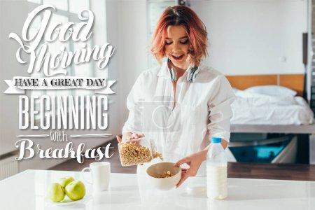 Photo pour Femme excitée ayant cornflakes avec du lait et des pommes pour le petit déjeuner pendant l'isolement avec bonjour, avoir une grande journée commençant par le lettrage petit déjeuner - image libre de droit