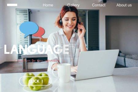 Photo pour Belle freelance souriante avec des pommes et une tasse de café travaillant avec casque et ordinateur portable à la maison en quarantaine avec lettrage linguistique - image libre de droit