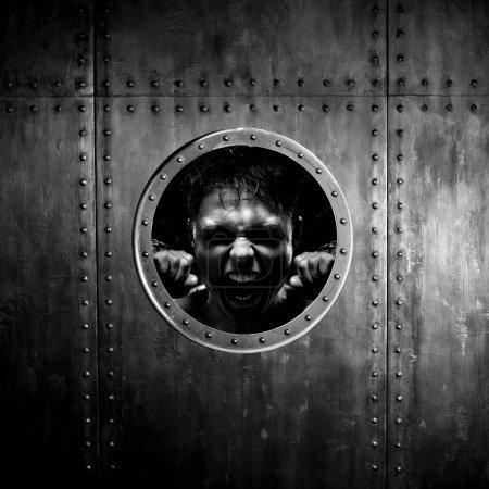 Photo pour Navire ou sous-marin descendre, frénésie homme à l'aéroport ou illuminateur appelle à l'aide - image libre de droit