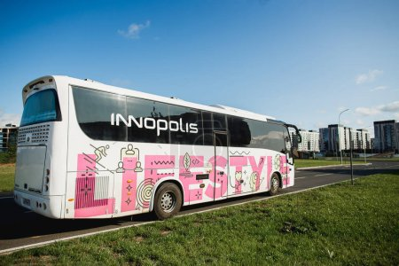 Photo pour Innopolis, Russie - 25 août 2019 : Colorful bus Kazan - Innolpolis. Ville d'Innopolis en République du Tatarstan, Russie. - image libre de droit