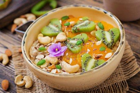 Bouillie de gruau savoureux et sain avec des fruits et des noix. Petit-déjeuner sain. Nourriture de remise en forme. Une bonne nutrition. Vue de dessus