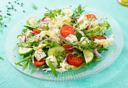 Photo pour Salade de légumes frais - tomate, concombre et feta fromage dans le style grec - image libre de droit