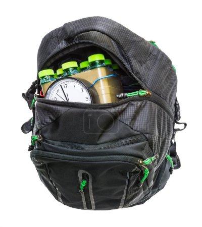 Photo pour Bombe à retardement de fabrication artisanale à l'intérieur d'un bagage noir avec zip ouvert. Arme pour crime terroriste violent ou attentat-suicide - image libre de droit