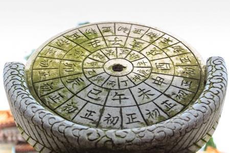 Photo pour Xiamen (Chine)-2 juin 2014: Chinoise ancienne horloge, faite par Pierre - image libre de droit